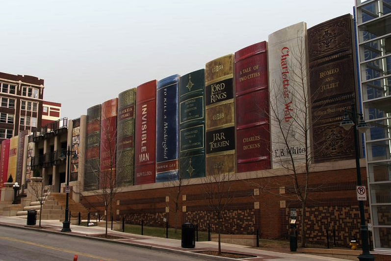Biblioteca diseñada con libros gigantes, EUA