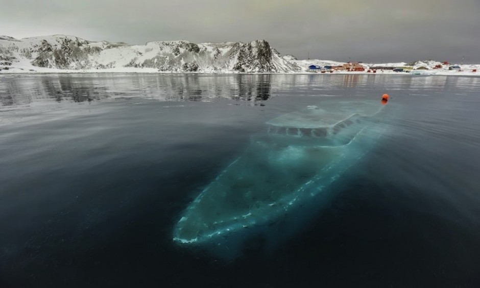 barca hundido abandonado en el artartica