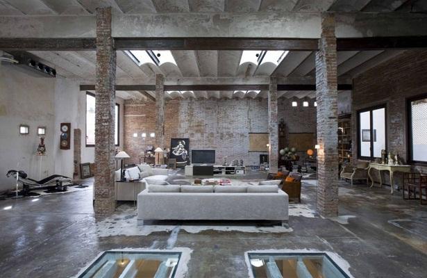 Espacios donde las texturas de la pared y las vigas de metal y aluminio sobresalen