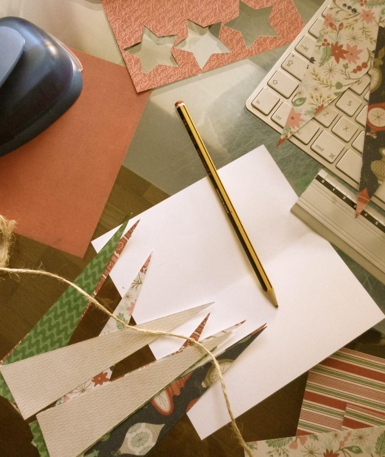 Elaboración de las guirnaldas Merry Xmas hechas a mano por 100% made with love con papel de scrap navideño.